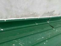 Làm thế nào để xử lý khe hở giữa mái tôn và tường hiệu quả